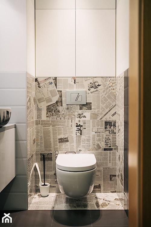 mała łazienka w stylu nowoczesnym, płytki ze wzorem gazety