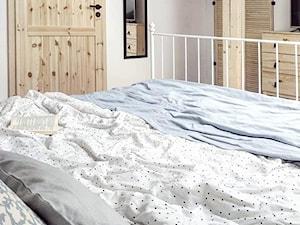 Sypialnia na poddaszu - Mała szara sypialnia małżeńska na poddaszu, styl skandynawski - zdjęcie od O-Caroline Blog
