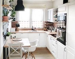 Domek na przedmieściach - Mała zamknięta wąska biała kuchnia w kształcie litery l z oknem, styl skandynawski - zdjęcie od O-Caroline Blog