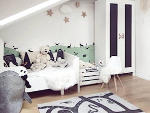 Zimowe aranżacje - Mały biały zielony pokój dziecka dla chłopca dla malucha, styl skandynawski - zdjęcie od O-Caroline Blog