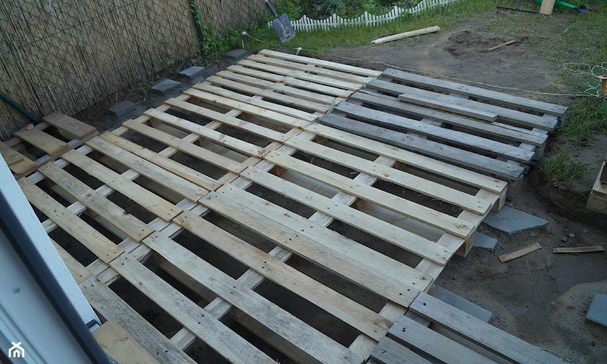 palety ułożone na betonowych bloczkach