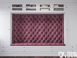 Męskie mieszkanie w eleganckim stylu - Mała garderoba z oknem przy sypialni, styl klasyczny - zdjęcie od Dom-Art