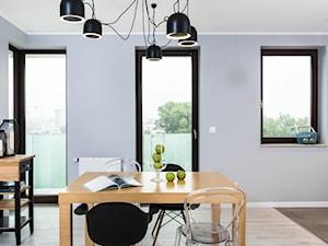 Skandynawskie Mieszkanie - Mała otwarta szara jadalnia w kuchni, styl skandynawski - zdjęcie od Dom-Art