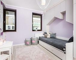 Skandynawskie Mieszkanie - Mały fioletowy pokój dziecka dla dziewczynki dla malucha, styl skandynawski - zdjęcie od Dom-Art