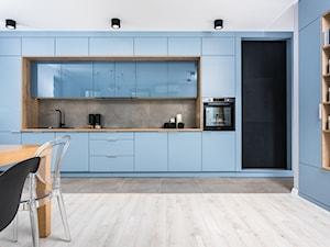 Skandynawskie Mieszkanie - Mała otwarta niebieska kuchnia jednorzędowa w aneksie z oknem, styl skandynawski - zdjęcie od Dom-Art