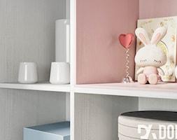 Skandynawski dom Libertowie - Mały różowy pokój dziecka dla dziewczynki dla malucha, styl skandynawski - zdjęcie od Dom-Art