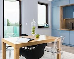 Skandynawskie Mieszkanie - Średnia otwarta szara jadalnia w kuchni, styl skandynawski - zdjęcie od Dom-Art