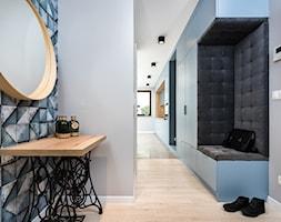 Skandynawskie Mieszkanie - Mały szary hol / przedpokój, styl skandynawski - zdjęcie od Dom-Art