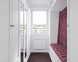 Męskie mieszkanie w eleganckim stylu - Średnia zamknięta garderoba z oknem oddzielne pomieszczenie, styl klasyczny - zdjęcie od Dom-Art