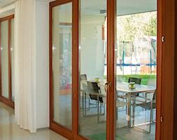 Okna - Średni taras z tyłu domu - zdjęcie od Stolbud Włoszczowa S.A./Grupa Koronea
