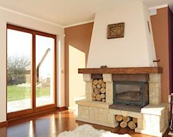 Okna - Mały brązowy salon, styl tradycyjny - zdjęcie od Stolbud Włoszczowa S.A./Grupa Koronea