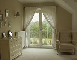Okna - Mały brązowy salon - zdjęcie od Stolbud Włoszczowa S.A./Grupa Koronea
