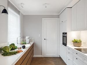 MIESZKANIE W SILVER HOUSE I GDYNIA - KONKURS - Średnia zamknięta wąska szara kuchnia dwurzędowa z oknem, styl skandynawski - zdjęcie od LOFT Magdalena Adamus