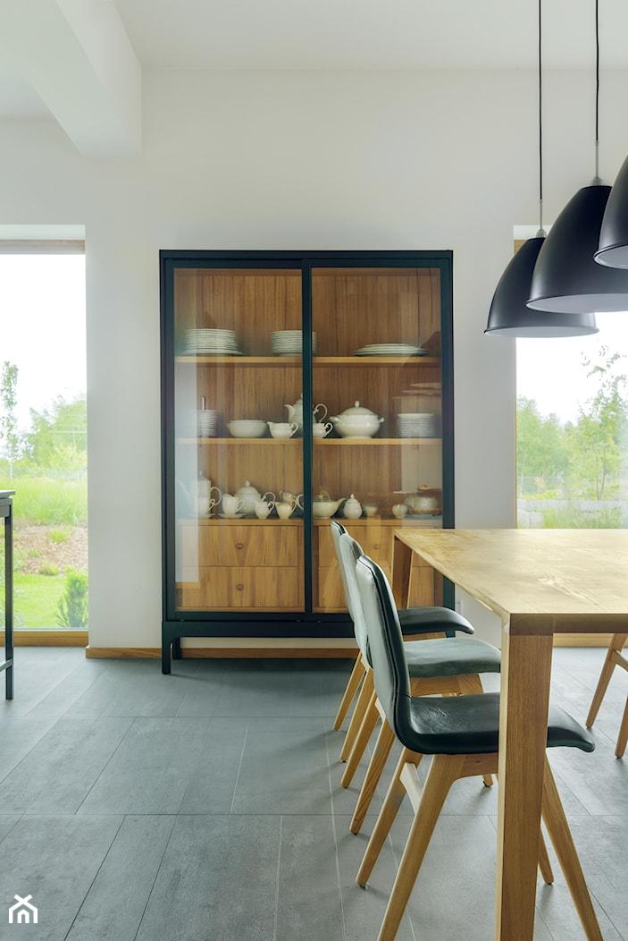 DOM TUŻ ZA MIASTEM - Średnia otwarta biała jadalnia w salonie, styl nowoczesny - zdjęcie od LOFT Magdalena Adamus - Homebook