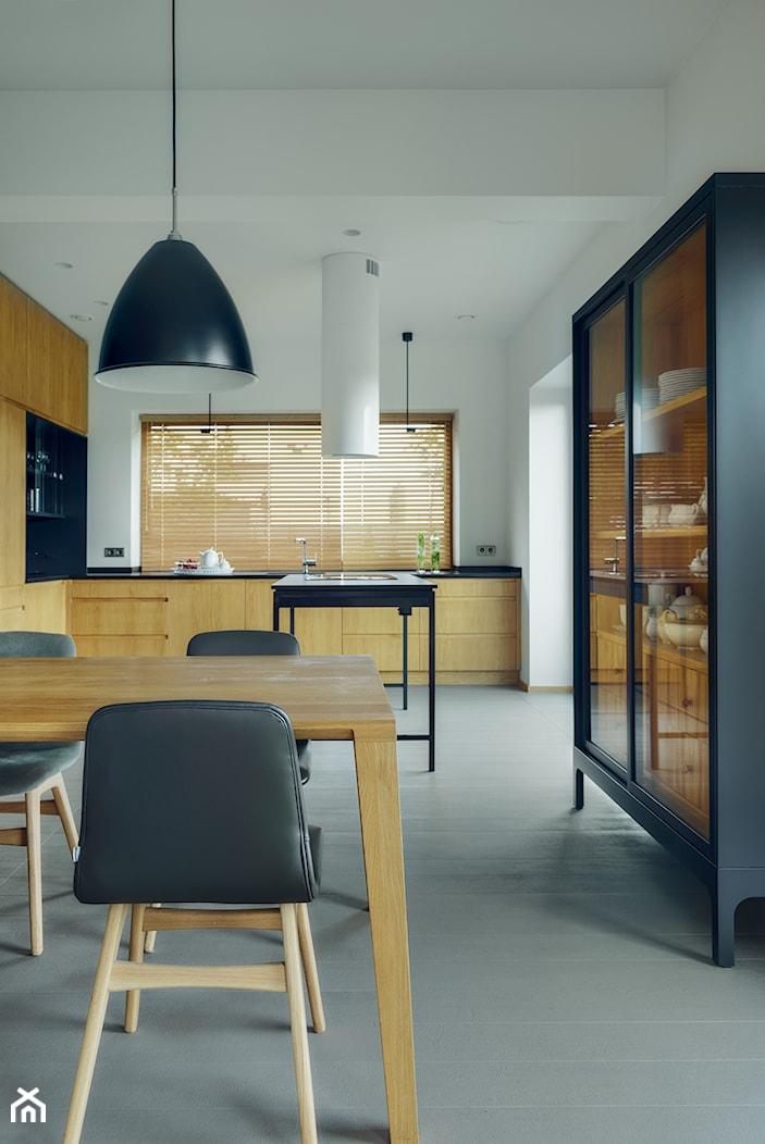 DOM TUŻ ZA MIASTEM - Duża zamknięta biała kuchnia w kształcie litery l z wyspą z oknem, styl nowoczesny - zdjęcie od LOFT Magdalena Adamus - Homebook