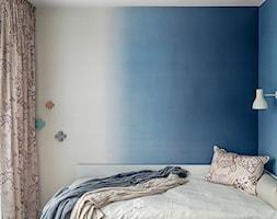 MIESZKANIE W SILVER HOUSE I GDYNIA - KONKURS - Mały szary niebieski pokój dziecka dla chłopca dla dziewczynki dla nastolatka, styl skandynawski - zdjęcie od LOFT Magdalena Adamus