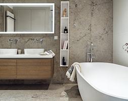 MIESZKANIE W SILVER HOUSE I GDYNIA - KONKURS - Mała biała szara łazienka na poddaszu w bloku w domu jednorodzinnym bez okna, styl skandynawski - zdjęcie od LOFT Magdalena Adamus
