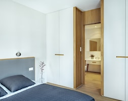MIESZKANIE I GARNIZON - Mała biała sypialnia małżeńska z łazienką - zdjęcie od LOFT Magdalena Adamus