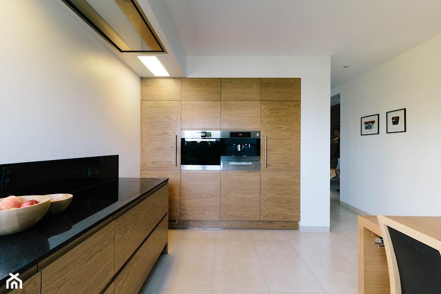 Dębowa, nowoczesna realizacja kuchenna  Duża zamknięta kuchnia w kształcie l