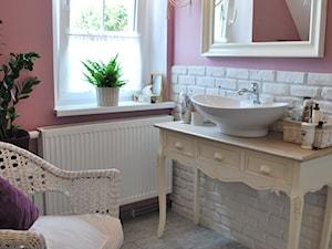 łazienka w nowej odsłonie - Średnia biała różowa łazienka na poddaszu w domu jednorodzinnym z oknem, styl prowansalski - zdjęcie od kama.z