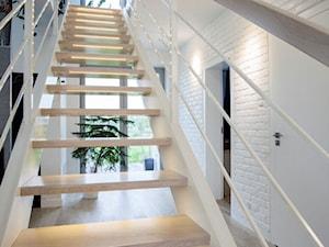 Dom - Lublin - Małe wąskie schody dwubiegowe drewniane, styl nowoczesny - zdjęcie od Kunkiewicz Architekci