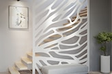 biała ozdobna balustrada