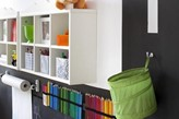 farba tablicowa w pokoju dziecka, pojemnik  na przechowywanie kredek na ścianie