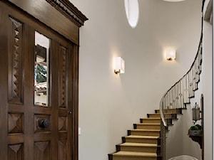 Duże wąskie schody jednobiegowe wachlarzowe drewniane - zdjęcie od Homebook.pl