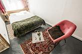 eklektyczna sypialnia z wzorzystą narzutą i dywanem