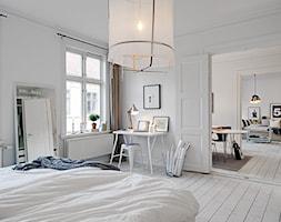 Duża biała sypialnia małżeńska, styl skandynawski - zdjęcie od Homebook.pl - Homebook