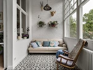 Botanical Studio Space - Mały taras z tyłu domu rustykalny, styl eklektyczny - zdjęcie od Homebook.pl