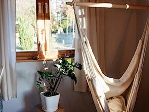 Sosnowy domek z kominkiem - Mały szary salon - zdjęcie od Homebook.pl