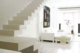białe schody bez balustrady, biała sofa, nowoczesny salon
