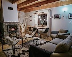 Sosnowy domek z kominkiem - Mały szary salon z jadalnią - zdjęcie od Homebook.pl