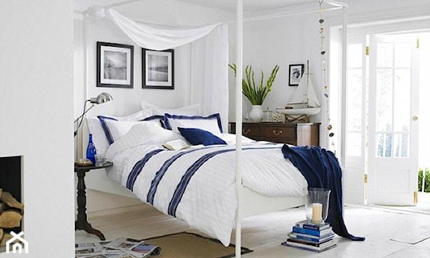 białe łóżko z baldachimem