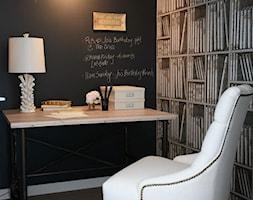 Małe czarne biuro kącik do pracy, styl eklektyczny - zdjęcie od Homebook.pl