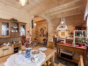 Osada Maruszyna – domek góralski - Duża otwarta kuchnia jednorzędowa z oknem, styl tradycyjny - zdjęcie od Homebook.pl
