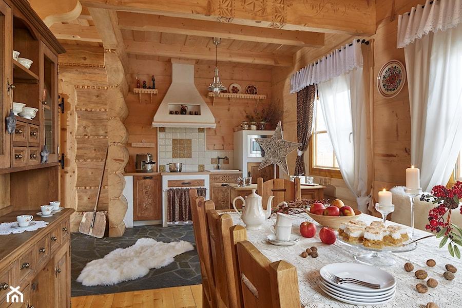 Osada Maruszyna – domek góralski - Średnia otwarta kuchnia jednorzędowa z oknem, styl tradycyjny - zdjęcie od Homebook.pl