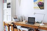 drewniane biurko, białe meble, biała lampa biurowa, białe krzesło