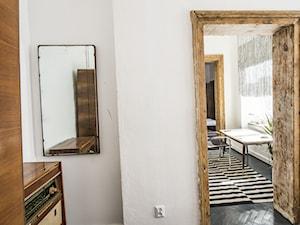 Apartament w Łodzi - Mała biała sypialnia, styl eklektyczny - zdjęcie od Homebook.pl