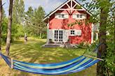 hamak przed domem w stylu skandynawskim
