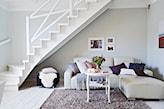 białe schody, biała podłoga, kremowy narożnik, beżowy dywan, biały stolik