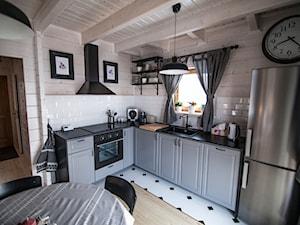 Almette - konkurs - Średnia biała beżowa kuchnia w kształcie litery l w aneksie z oknem, styl skandynawski - zdjęcie od Homebook.pl