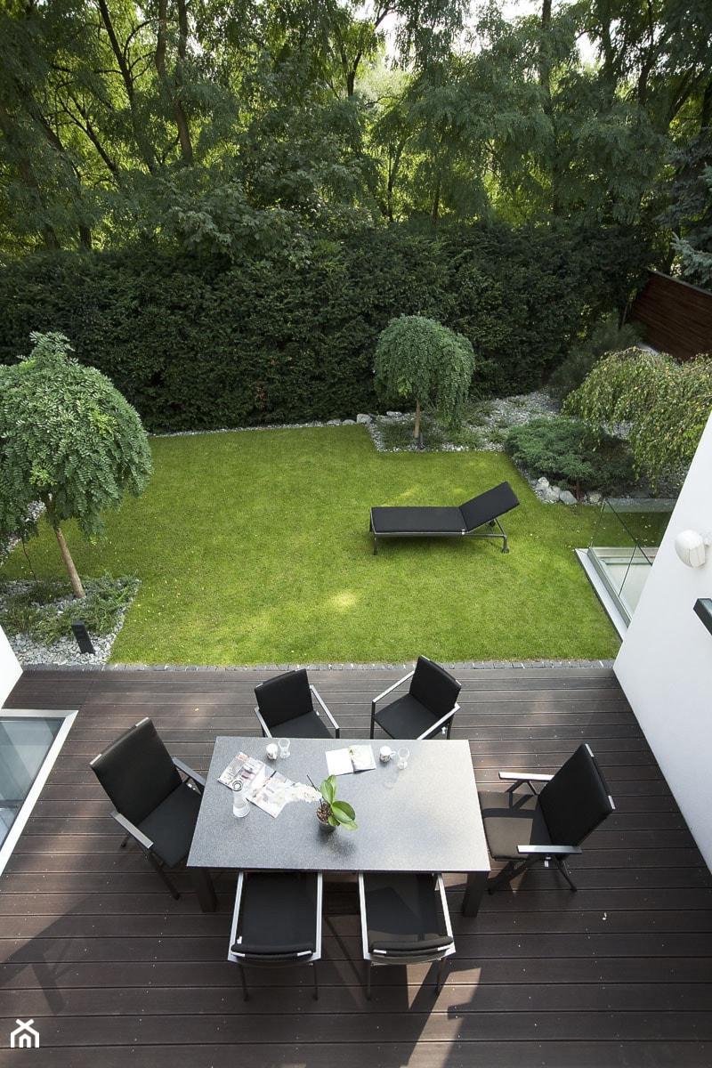 Aranżacje wnętrz - Ogród: Średni ogród za domem, styl nowoczesny - Pracownia Projektowa Sucharski. Przeglądaj, dodawaj i zapisuj najlepsze zdjęcia, pomysły i inspiracje designerskie. W bazie mamy już prawie milion fotografii!