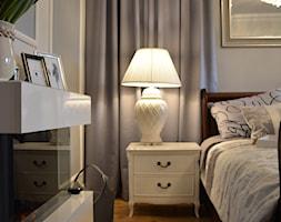 Sypialnia w eleganckich szarościach - Mała szara sypialnia małżeńska, styl klasyczny - zdjęcie od Lumiere Design
