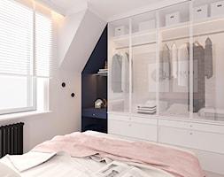 MIESZKANIE W KWIDZYNIE 2018 - Średnia biała niebieska sypialnia małżeńska na poddaszu, styl eklektyczny - zdjęcie od INTERJO projektowanie wnętrz i grafiki