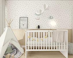 Mały szary pokój dziecka dla chłopca dla dziewczynki dla niemowlaka, styl skandynawski - zdjęcie od INTERJO projektowanie wnętrz i grafiki