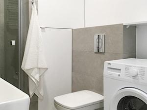 APARTAMENT POD WYNAJEM KRÓTKOTERMINOWY USTRONIE MORSKIE 2 REALIZACJA 2018 - Mała biała szara łazienka w bloku w domu jednorodzinnym bez okna, styl nowoczesny - zdjęcie od INTERJO projektowanie wnętrz i grafiki