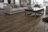 płytki o fakturze drewna, beżowa sofa, drewniany stolik na metalowych nogach