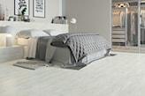 sypialnia z podłogą z płytek w odcieniu kremowym